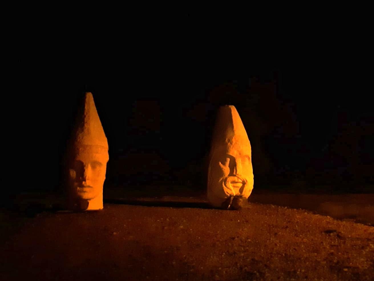 Aşı Koyu yolundaki gizemli heykeller görenleri şaşırttı
